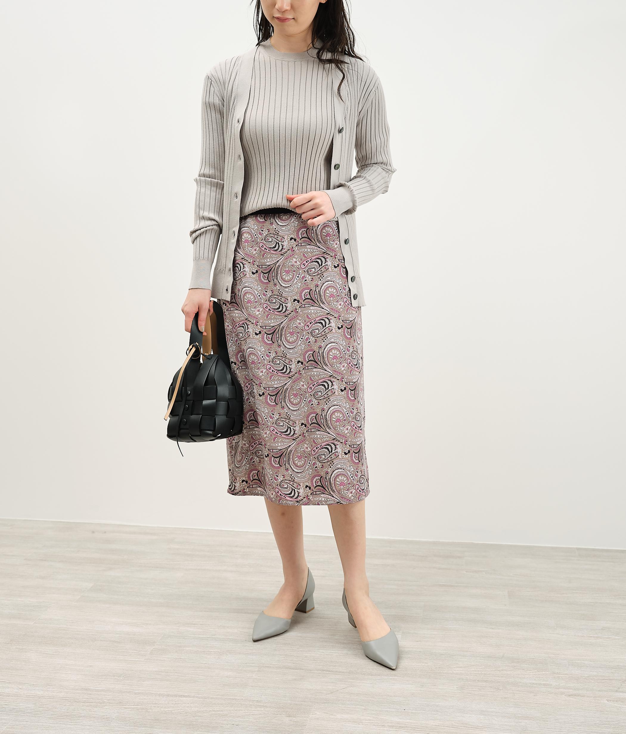 無地感覚で使える配色で「着る方のスタイルが広がる」セミタイトのプリントスカート